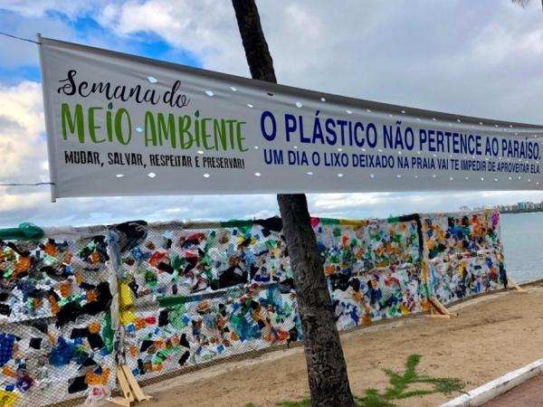 Muro de Plástico chama a atenção para a preservação das praias, na Ponta Verde